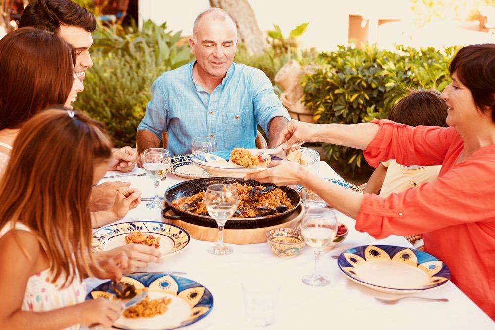 benahavis-small-town-family-enjoying-dinner